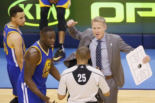 """Kerr che improvvisa un gioca jouer per festeggiare la vittoria. Curry : """"coach pls"""""""