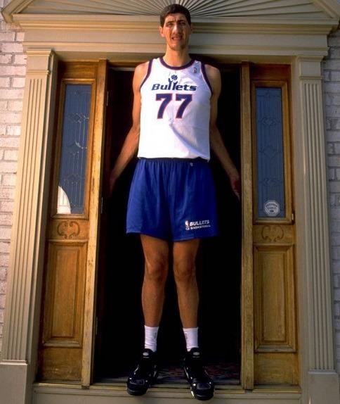 """In quel periodo conquista anche il record di persona cui è stato chiesto più volte """"Come sei alto, giochi a basket?"""""""