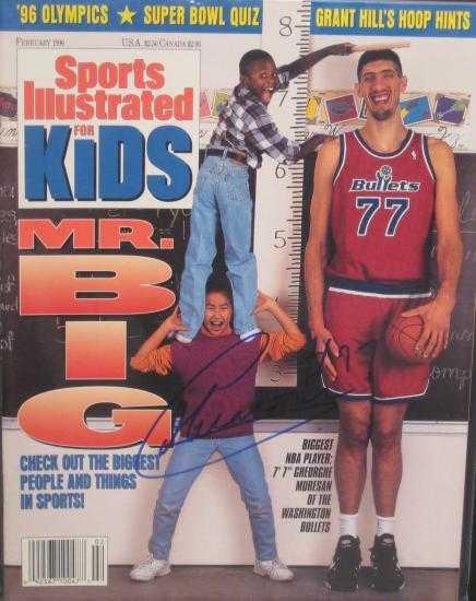 Misura esattamente 2 bambini che sprizzano 1995 da tutti i pori, uno sulle spalle dell'altro.